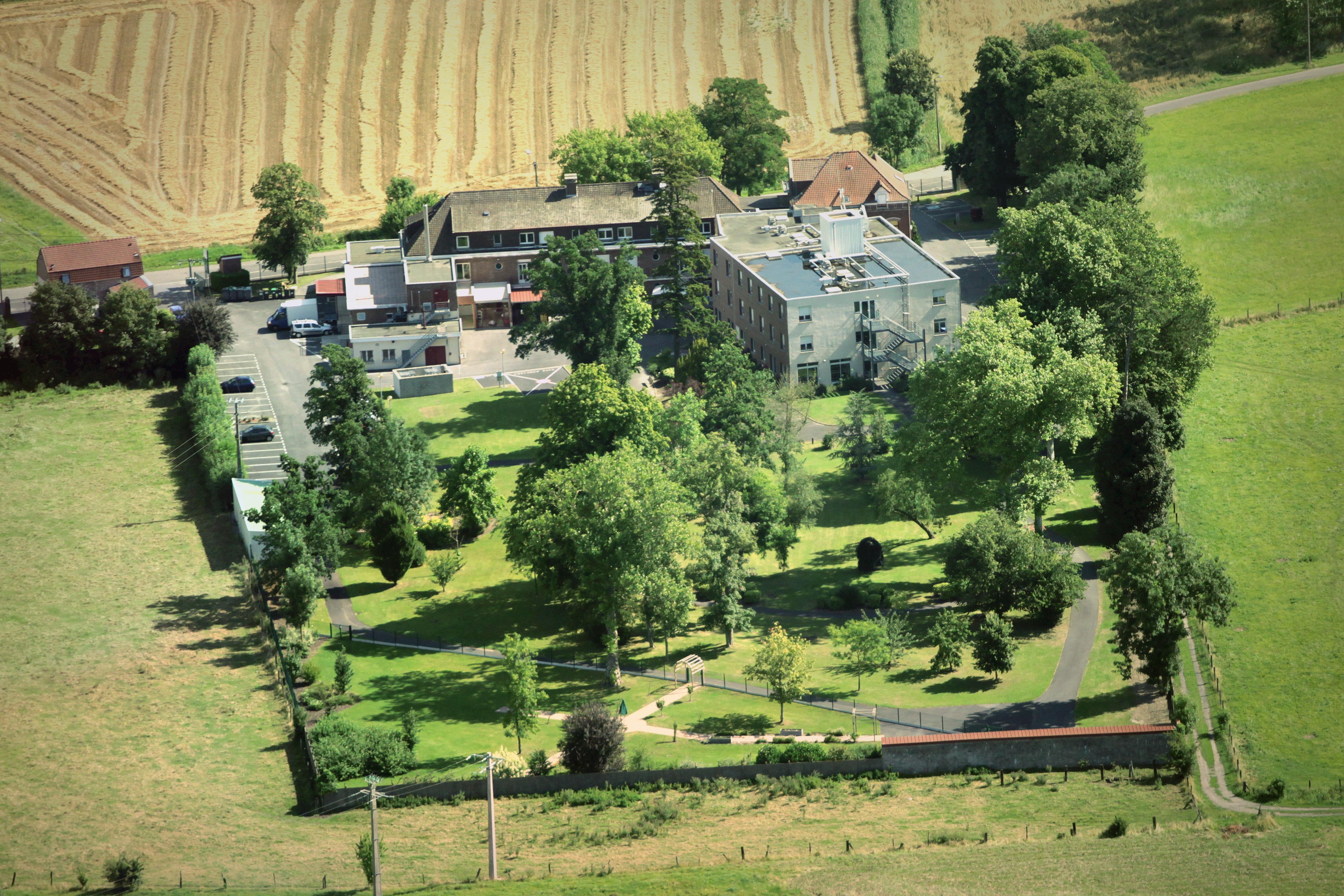 Vue aérienne de la Clinique Saint-Roch de Marchiennes et de son parc arboré